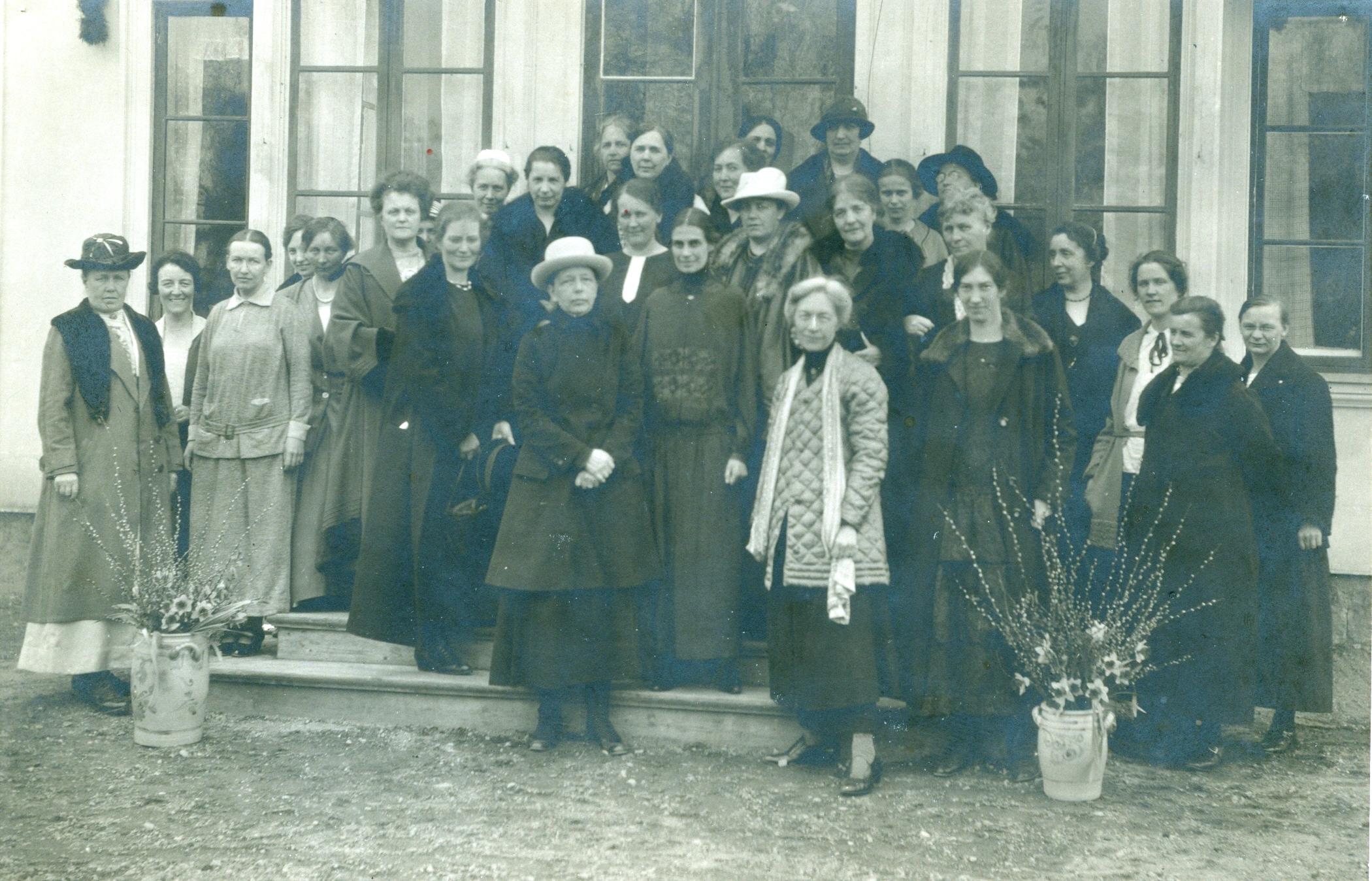 Personerna längst fram i mitten är Elisabeth Thamm, Honorine Hermelin och Kerstin Hesselgren. Kortet är taget när medborgarskolan invigdes.