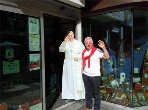 Med på bilden är Påve Franciskus, tyvärr bara i papp